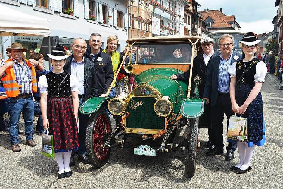 ADAC-Veteranen-Rallye in Elzach: das älteste Automobil unter den Teilnehmern, ein französischer Cote D4, Baujahr 1913, hier mit Ortsprominenz. (Foto: Nikolaus Bayer)