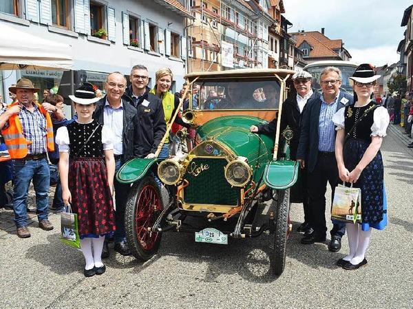 ADAC-Veteranen-Rallye in Elzach: das älteste Automobil unter den Teilnehmern, ein französischer Cote D4, Baujahr 1913, hier mit Ortsprominenz.