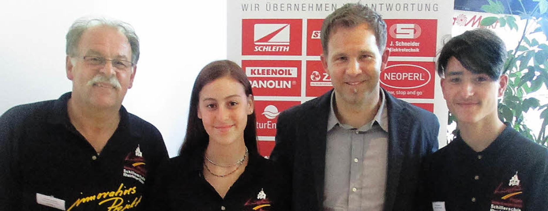 Gerold Limberger (von links), Lisa Mor...g des Fairways-Preises des SC Freiburg  | Foto: Schillerschule