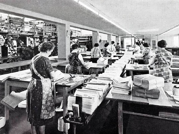 In Kittelschürzen:Im Vertrieb war viel Handarbeit notwendig, um die Zeitungen auf den Weg zu bringen.