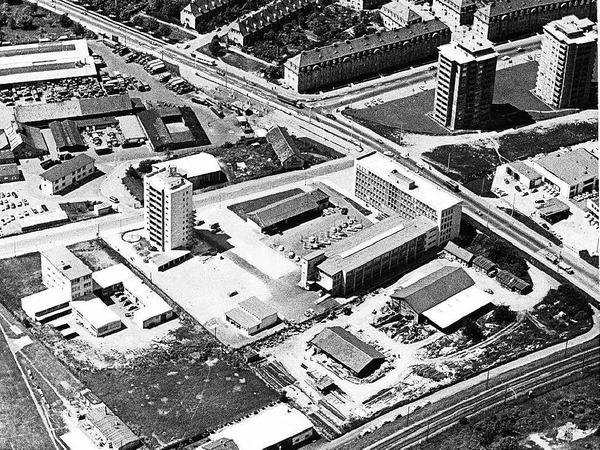 Umzug auf die grüne  Wiese:Im April 1961 zieht der Badische Verlag in einen Neubau Ecke Basler/Lörracher Straße. Rechts das Verlagsgebäude, links das Wohnhochhaus, im Vordergrund das Druck- und Verlagshaus Rombach.