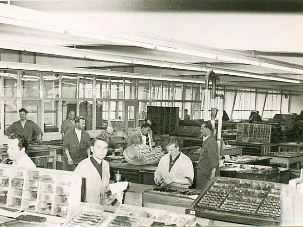 Echte Handwerk:  Bis 1980  wird die Badische Zeitung in Blei gesetzt. Im Bild die Text- und Anzeigenmettage der Firma Rombach im  Neubau an der Lörracher Straße.
