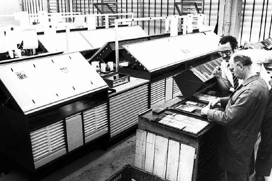 Im  Umbruch:Der Freiburger Lokalchef Wolfgang Fiek  und Schriftsetzer Kurt Beck arbeiten 1980 noch mit dem Bleisatz, im Hintergrund sind bereits die Lichttische für die Montage  des Fotosatzes  zu sehen. (Foto: Privat)