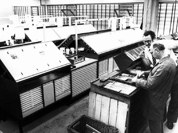 Im  Umbruch:Der Freiburger Lokalchef Wolfgang Fiek  und Schriftsetzer Kurt Beck arbeiten 1980 noch mit dem Bleisatz, im Hintergrund sind bereits die Lichttische für die Montage  des Fotosatzes  zu sehen.