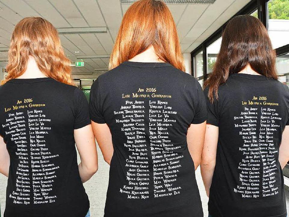 Auf den T-Shirts stehen alle Namen der Abiturienten.  | Foto: Heinz u. Monika Vollmar
