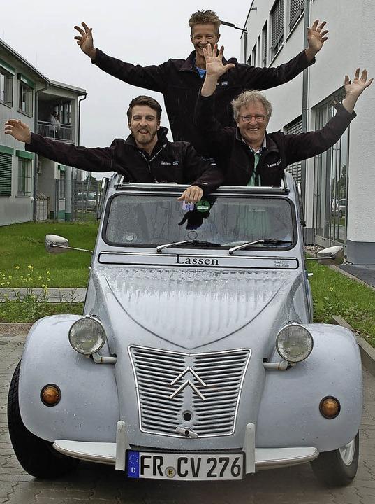Konrad und Christian Wangart (vorn) mit Dirk Jansen  in ihrer Elektroente   | Foto: Stefan Hupka