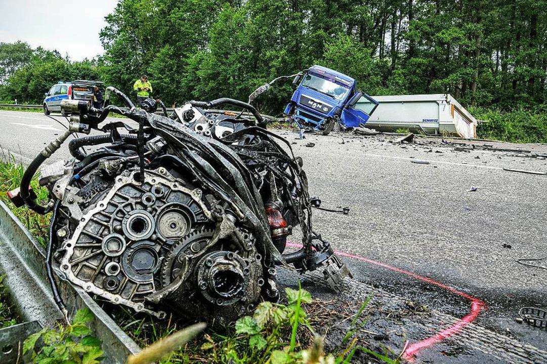 Trümmerteile liegen nach dem tödlichen...uf der gesperrten B 28 bei Appenweier.  | Foto: Lukas Habura