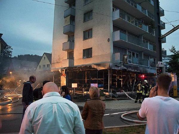 Feuerwehreinsatz in einem Modellbaugeschäft im Freiburger Norden: Die Flammen haben den Laden zerstört, die Feuerwehr bewahrte das fünfstöckige Gebäude vor einem Übergreifen der Flammen.