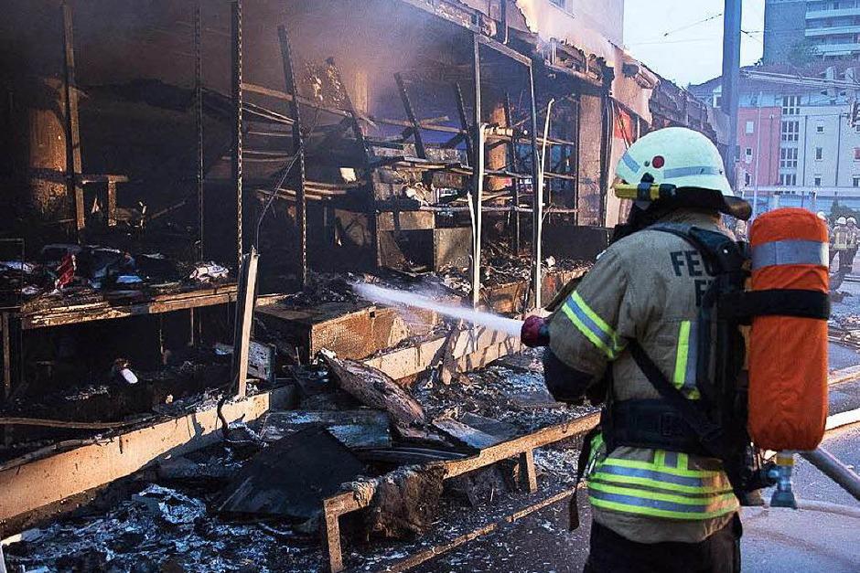 Feuerwehreinsatz in einem Modellbaugeschäft im Freiburger Norden: Die Flammen haben den Laden zerstört, die Feuerwehr bewahrte das fünfstöckige Gebäude vor einem Übergreifen der Flammen. (Foto: Feuerwehr Freiburg)