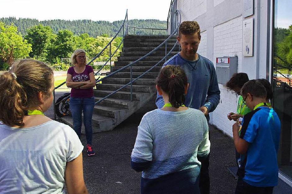 Am Anfang bekam jeder Schüler von U12-Trainer Johannes Lienhard, der die Führung leitete, ein Zettelchen mit einer Frage zu einem bestimmten Bereich. (Foto: Sonja Müller)