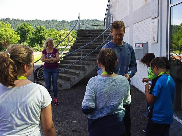 Am Anfang bekam jeder Schüler von U12-Trainer Johannes Lienhard, der die Führung leitete, ein Zettelchen mit einer Frage zu einem bestimmten Bereich.