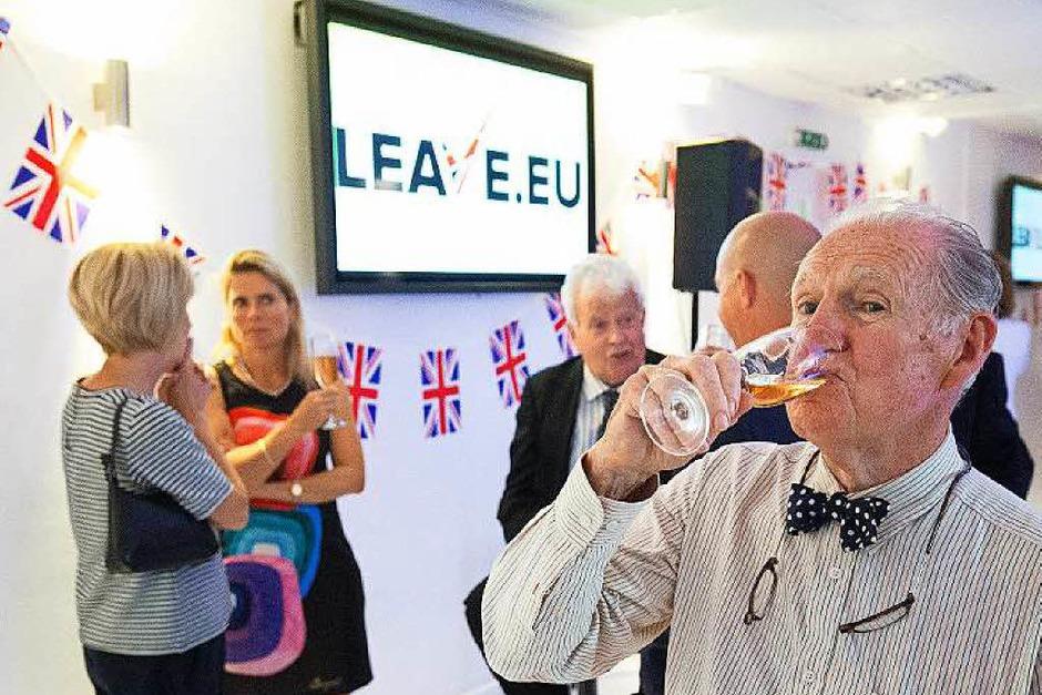 Stößchen: Brexit-Befürworter trinken auf den knappen Sieg. (Foto: dpa)