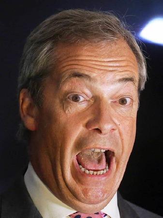 Nigel Farage, Vorsitzender der UK Independence Party, reagiert am 23.06.2016 in London auf der Wahlparty von Leave.eu auf den Stand der Stimmauszählung