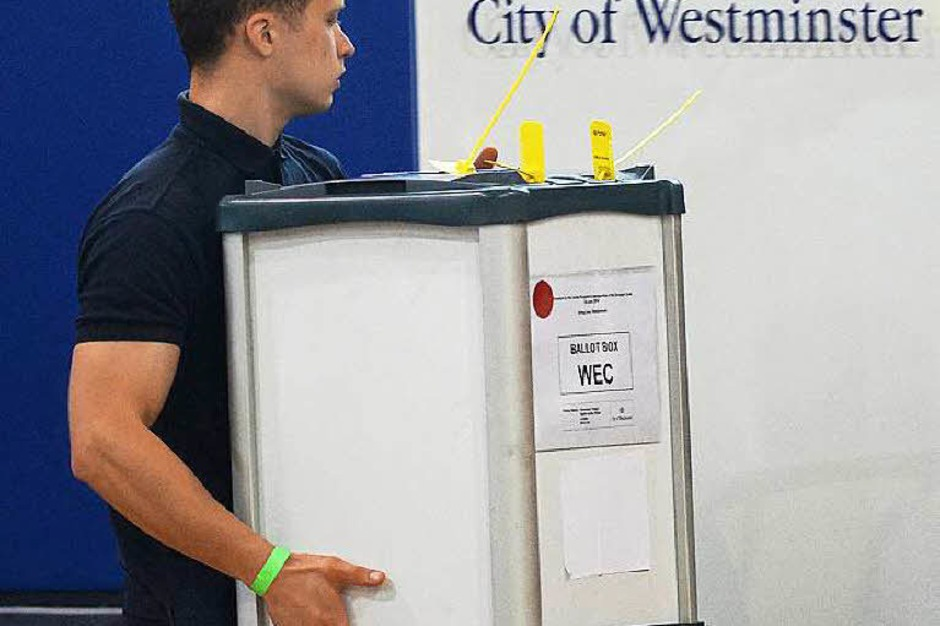 Hinter den Kulissen: Eine Wahlurne ist auf dem Weg zur Auszählung. (Foto: dpa)