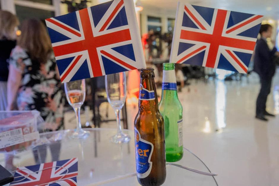 Zeugnisse des Sieges: Die beiden Bierflaschen haben Befürworter des EU-Austritts bei ihrer Wahlparty geleert. (Foto: dpa)