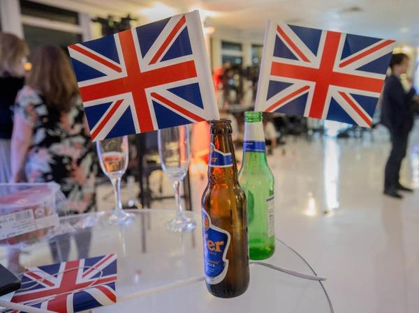 Zeugnisse des Sieges: Die beiden Bierflaschen haben Befürworter des EU-Austritts bei ihrer Wahlparty geleert.