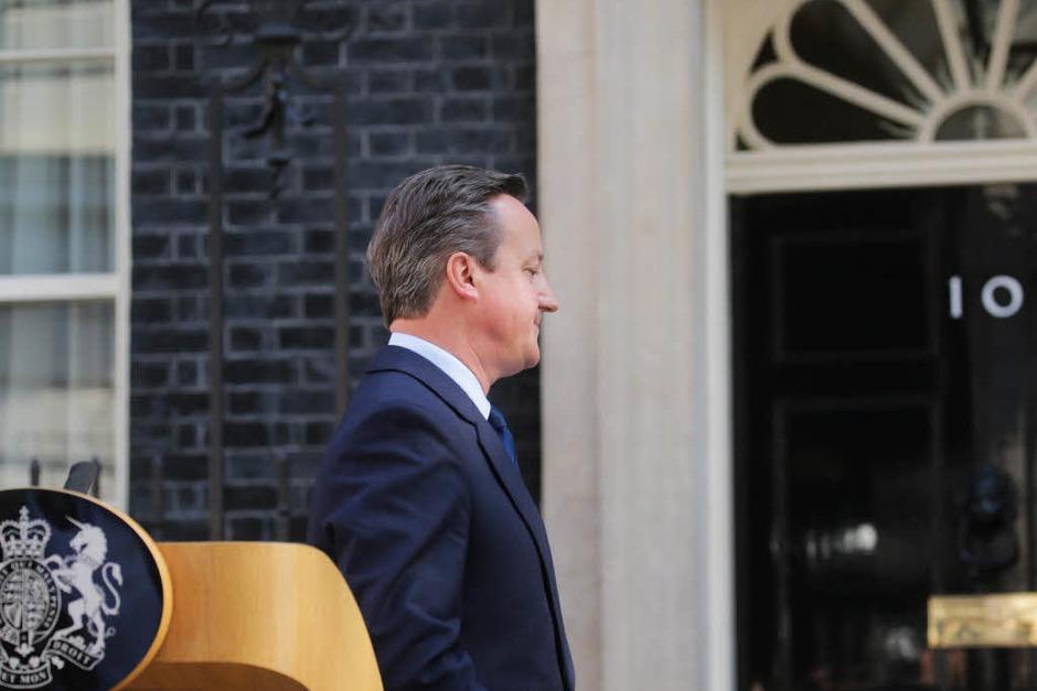 Das Bild greift es vorweg: Der britische Premierminister David Cameron hat am Freitagmorgen seinen Rücktritt angekündigt – für Herbst. (Foto: dpa)