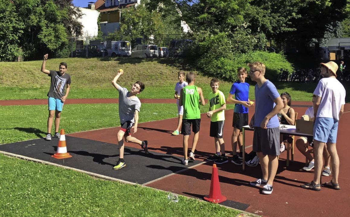 Auch Ballwurf gehörte zu den Disziplinen   | Foto: Lise-Meitner-Gymnasium