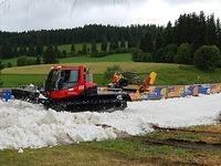 Langlaufwettbewerb mitten im Sommer - auf echtem Schnee