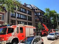 Brand in der Freiburger Altstadt – Feuerwehr l�scht am Dach