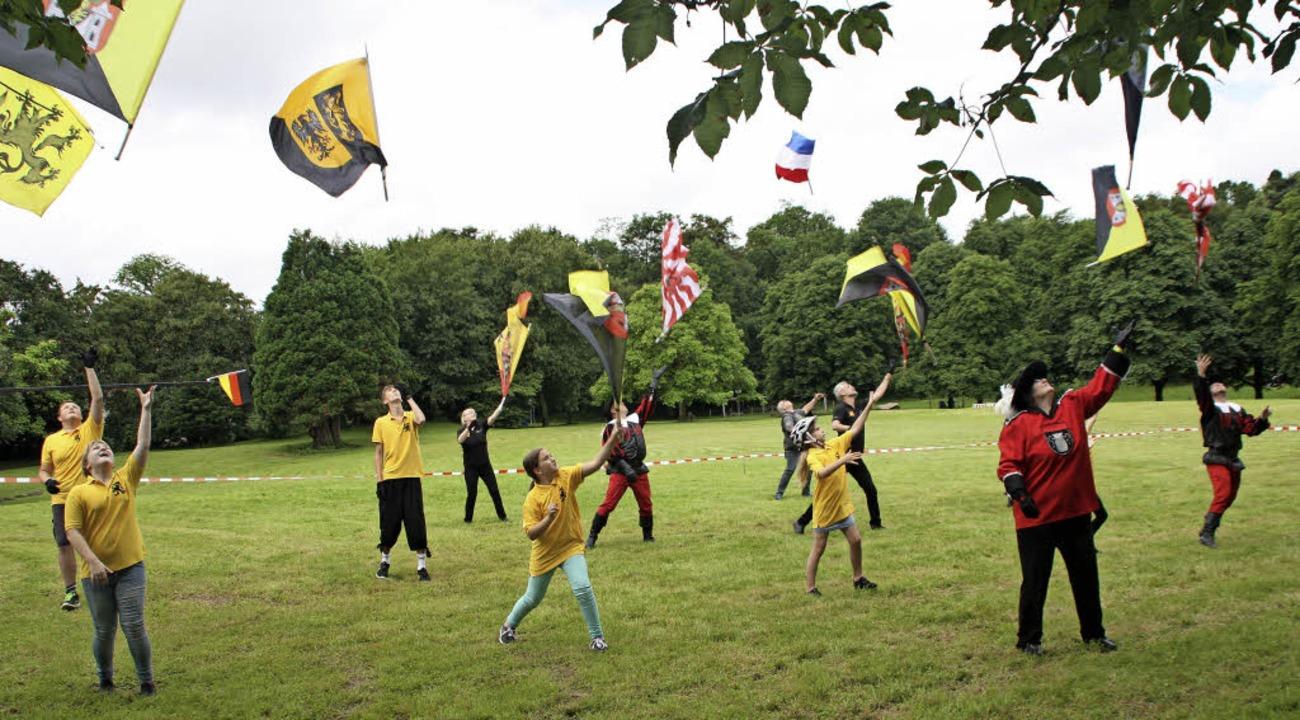 Fahnenschwingen und Fahnenhochwurf geh...andard folkloristischer Vorführungen.   | Foto: Gerd Leutenecker
