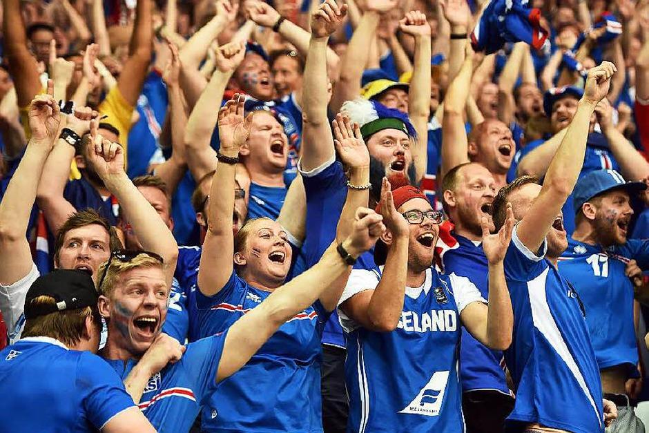 Große Freude auf den Rängen: Island hat England rausgeworfen. Dabei sah es anfangs nicht so aus... (Foto: AFP)
