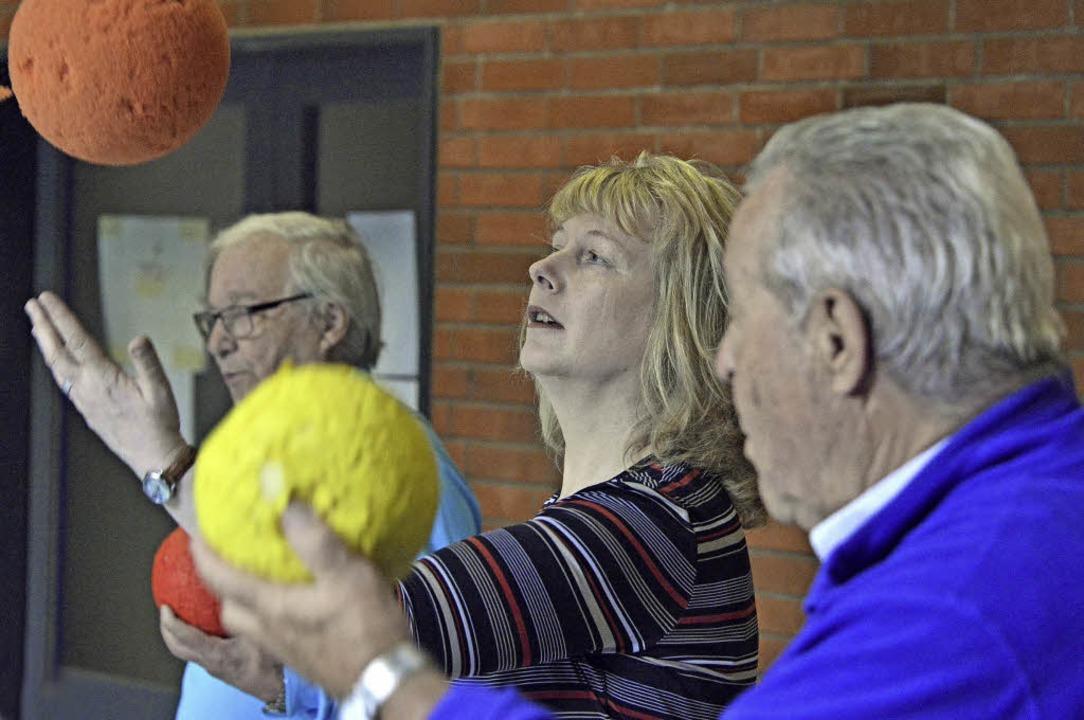 Carola Schark (Mitte) leitet Gymnastikgruppen für Senioren und Seniorinnen.   | Foto: Michael bamberger