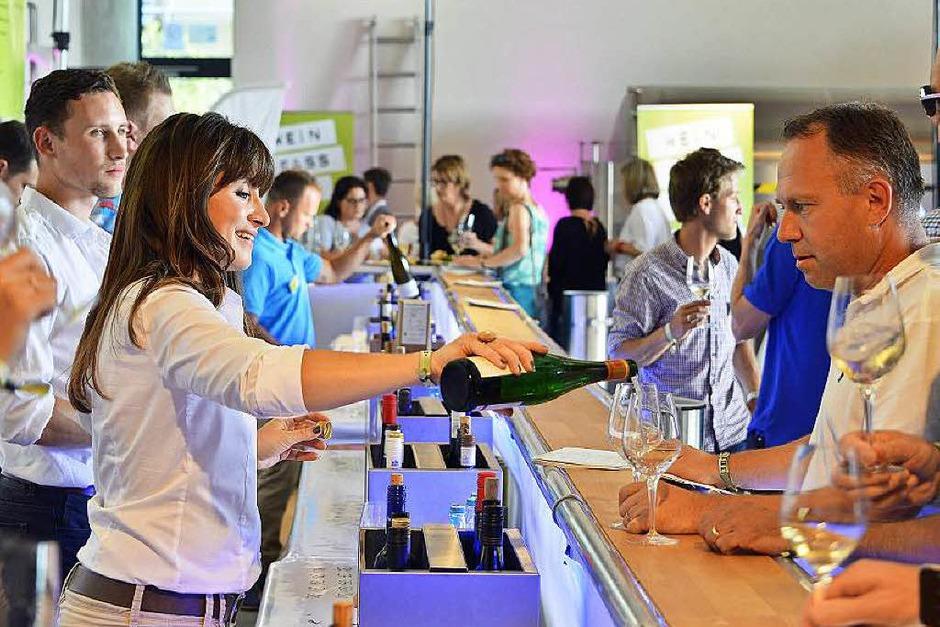 Ein Schlückchen hier, ein Tröpfchen da: Die Wein-Fass-Bar in Oberrotweil. (Foto: Michael Bamberger)