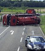 Lastwagen kippt auf Kreisstra�e