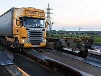 Wie die rollende Landstra�e Lastwagen von Freiburg aus �ber die Alpen transportiert
