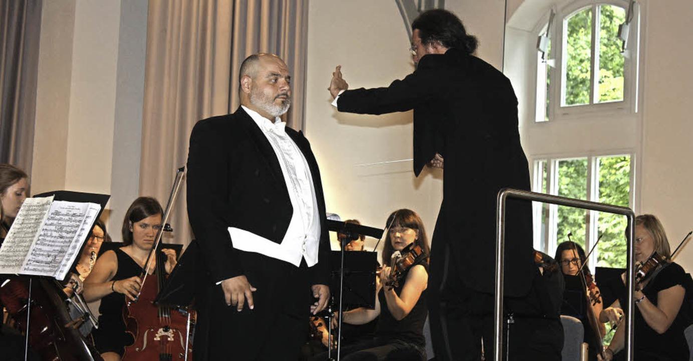 Tenor Roberto Gionfriddo und  Dirigent...er Tutti-Orchesters in der Steinhalle.  | Foto: Hildegard Karig