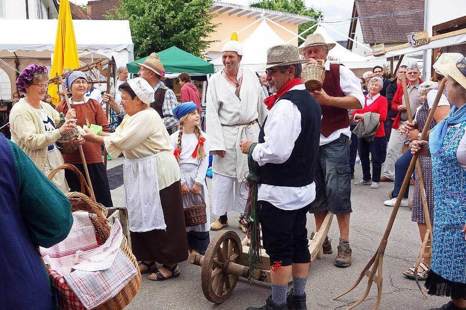Die Bauerntruppe sorgte zur Festeröffnung für historisches Flair auf der Straße. (Foto: Andreas Mahler)