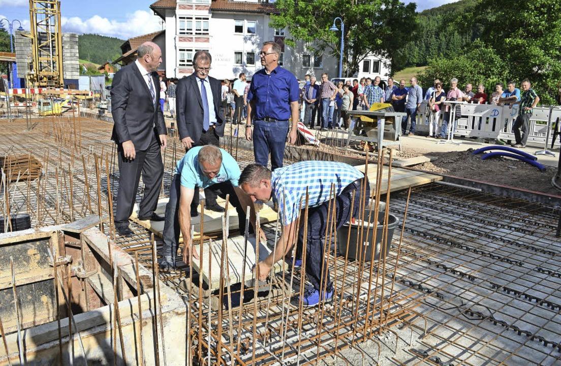 Der Grundstein ist gelegt: Volksbank-V...ussparung (vorne, jeweils von links).     Foto: Nikolaus Bayer