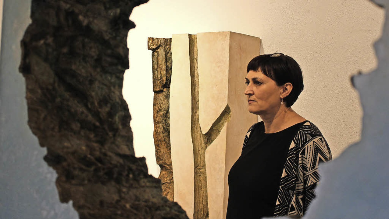 Ute Krautkremer im Blick durch eines der Baumobjekte    Foto: Erich Krieger