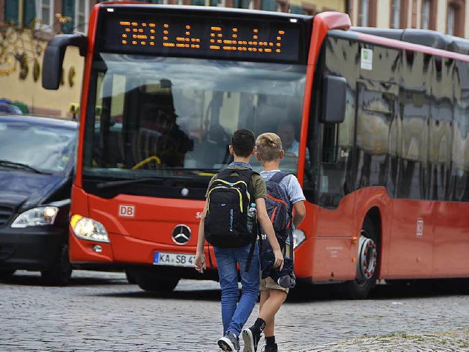 """Die Teilnahme am Schulunterrich...ative auch bei der Schülerbeförderung.  | Foto: Ralf Burgmaier"