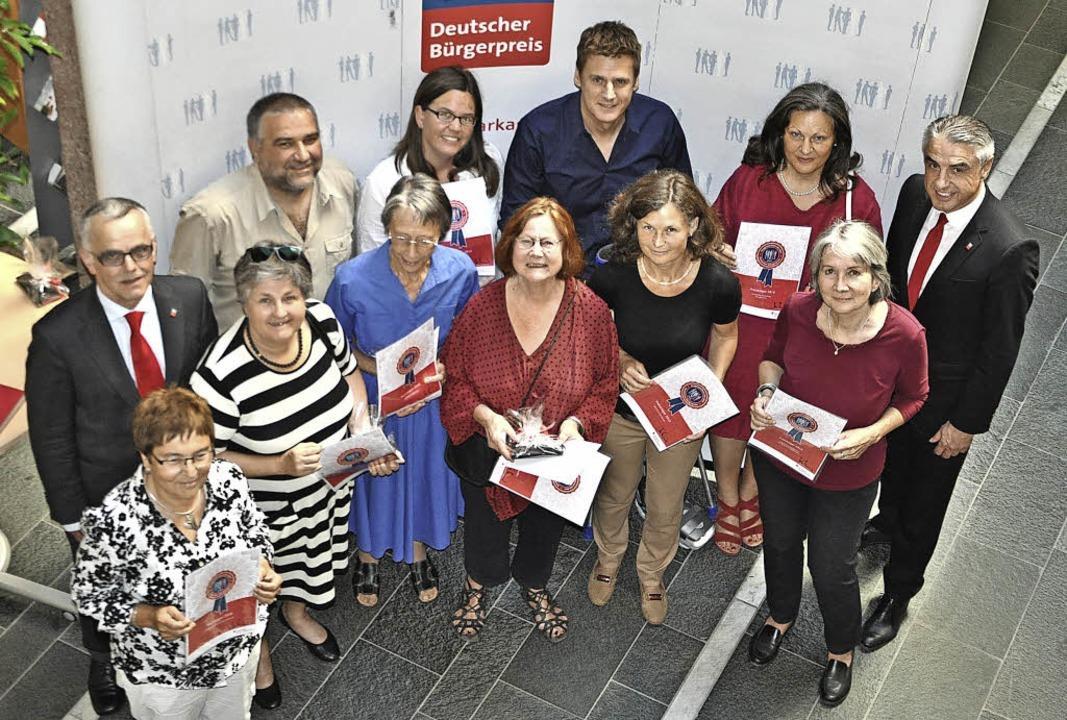 Den Vertretern von zehn Flüchtlingshel...linger (rechts) den Bürgerpreis 2016.     Foto: Rainer Ruther
