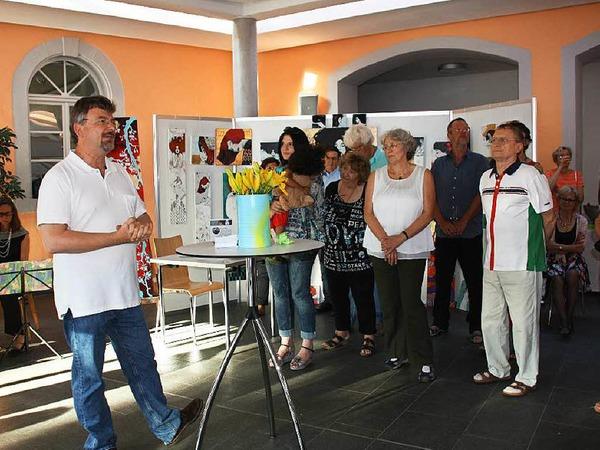 Sehr gut besucht war die Vernissage der 8. Riegeler Künstlertage am Freitagabend im Bürgerhaus. Norman Hothum (li) begrüßte die Künstlerkollegen und Besucher.