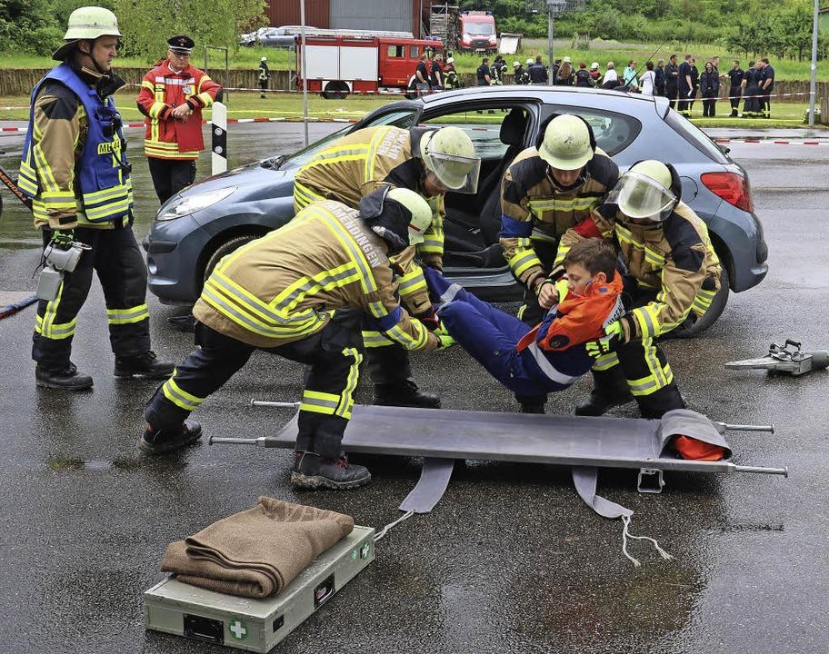 Nur gestellt, aber Teil der Prüfung: E...usste aus einem Auto gerettet werden.   | Foto: Christa Rinklin