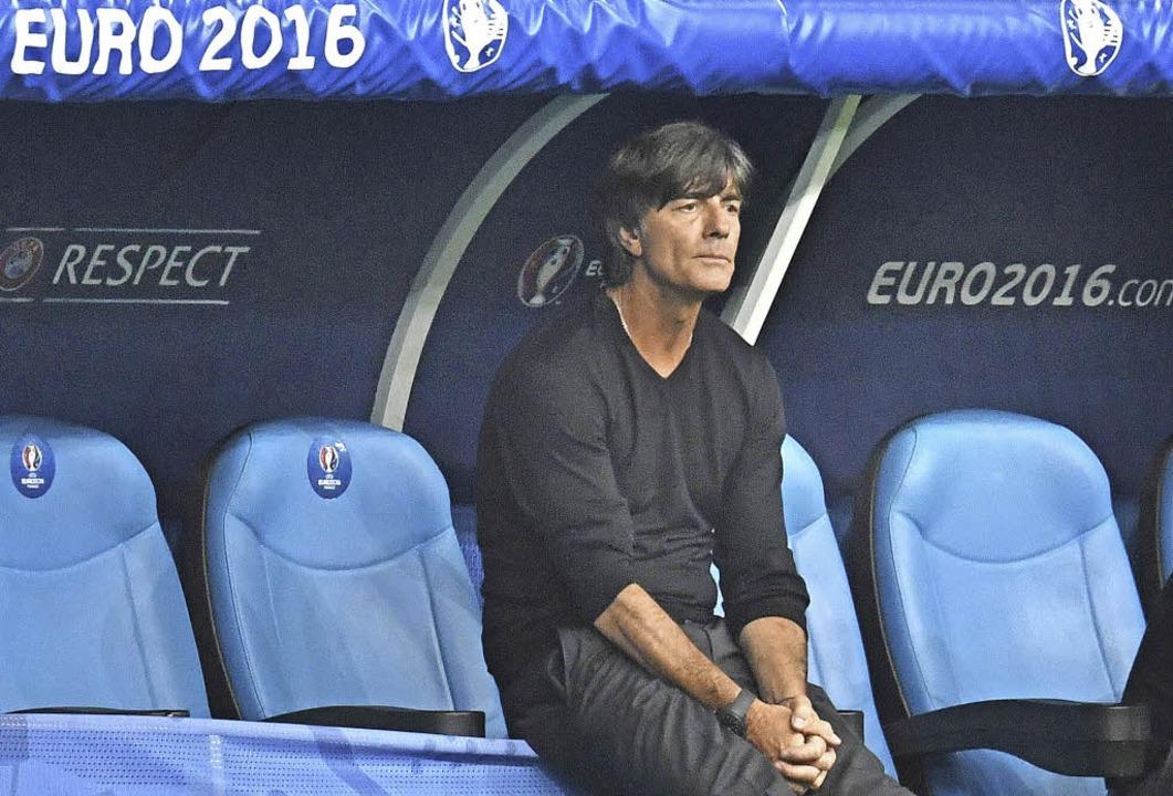 Allein mit sich und seinen Gedanken: Bundestrainer Joachim Löw  | Foto: dpa
