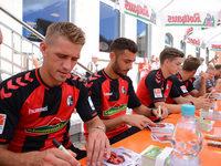 Fotos: SC Freiburg pr�sentiert seine Trikots in Rothaus