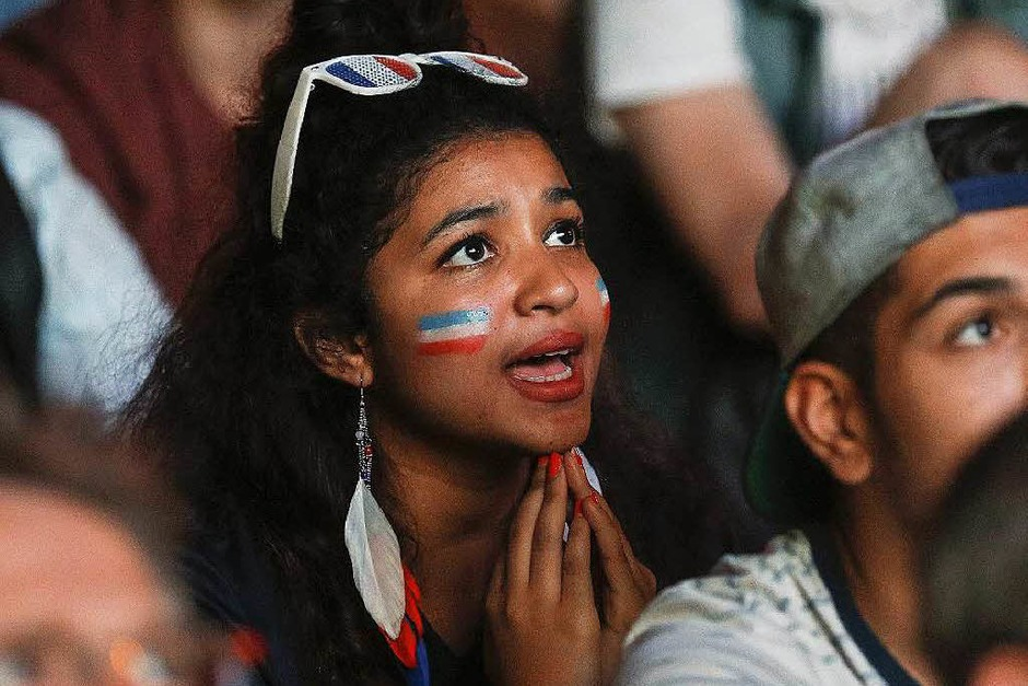 Nicht nur Männer fiebern mit, auch jede Menge weibliche Fans waren in den Stadien der EM 2016 in Frankreich mit dabei. Die schönsten Fangirls in unserer Fotogalerie. (Foto: dpa)