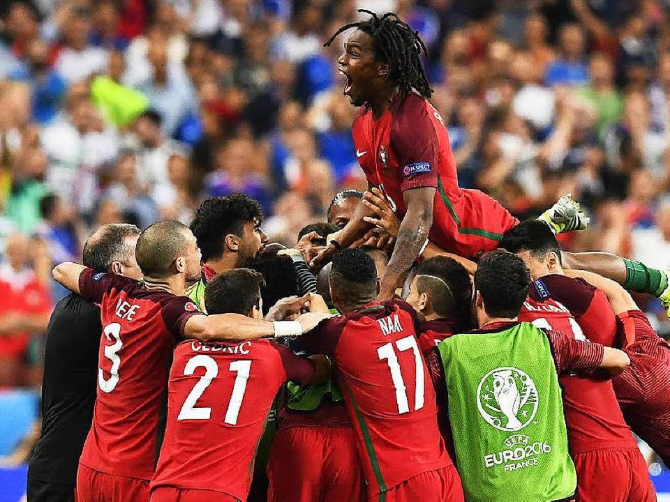 Portugals Mittelfeldspieler Renato San...Triumph gegen Frankreich im EM-Finale.  | Foto: AFP