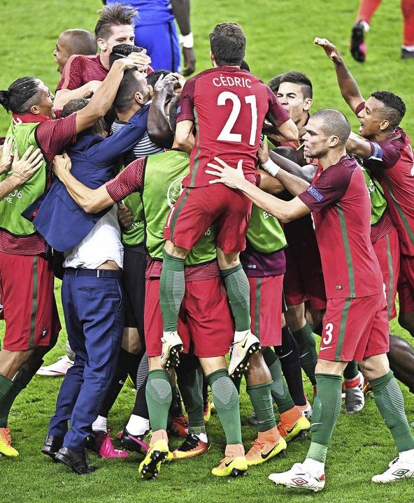 Überglücklich: Die Portugiesen feiern ihren ersten internationalen Titel.     Foto: dpa