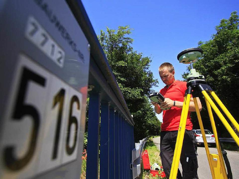 Vermessungstechniker Jan Brunkal bei d...kontrolliert gerade den GPS-Empfänger.  | Foto: Patrik Müller