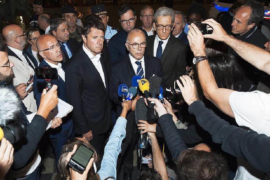 Cazeneuve spricht zu Journalisten in Nizza (Foto: dpa)