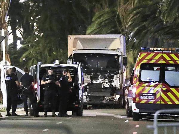 Ein Lkw ist in Nizza in eine Menschenmenge gerast, Dutzende starben