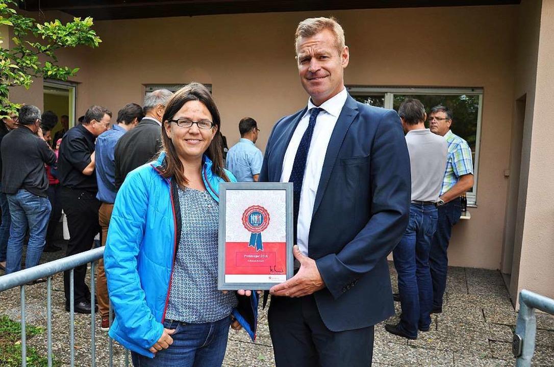Bürgermeister Oliver Rein und Helferkr...Ehrenamtspreis der Sparkassenstiftung.  | Foto: Kai Kricheldorff