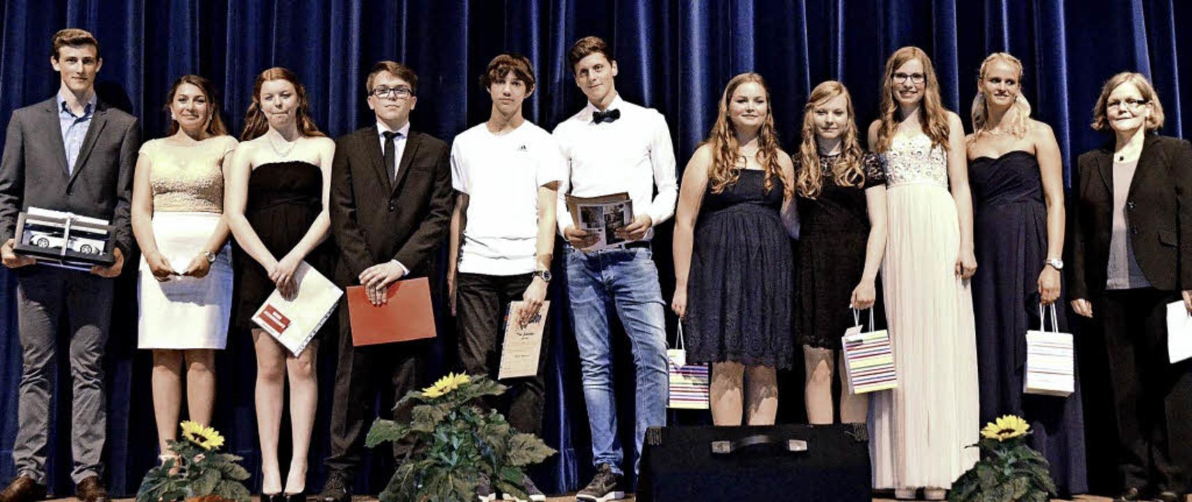 Die glücklichen Sonderpreisträger zusa...rin und stellvertretende Schulleiterin  | Foto: Susanne Müller