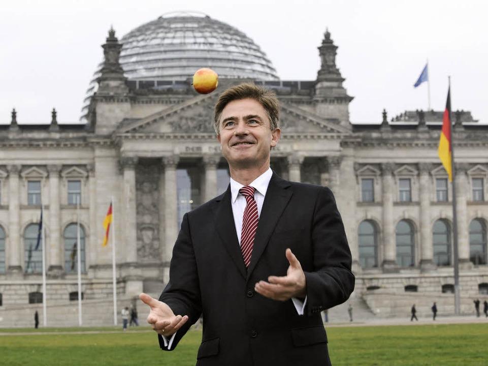 Matern von Marschall mit seinem damals...nem Apfel, vor dem Reichstag in Berlin  | Foto: DBT/Inga Haar