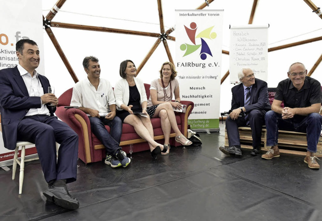 Cem Özdemir mit Ibrahim Sarialtin von ... und Ideengeber Dirk Kron (von links)   | Foto: Thomas Kunz